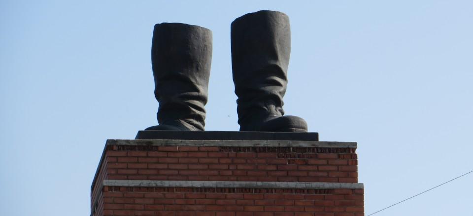 Van Stalins beeld zijn alleen de laarzen over