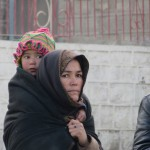 Skardu vrouw met kind in dorp